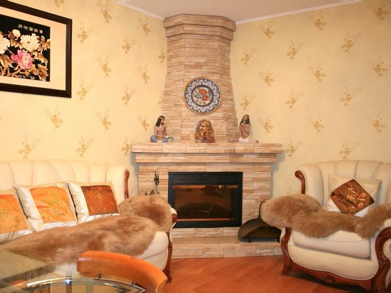 Ремонт гостиной с камином своими руками 80